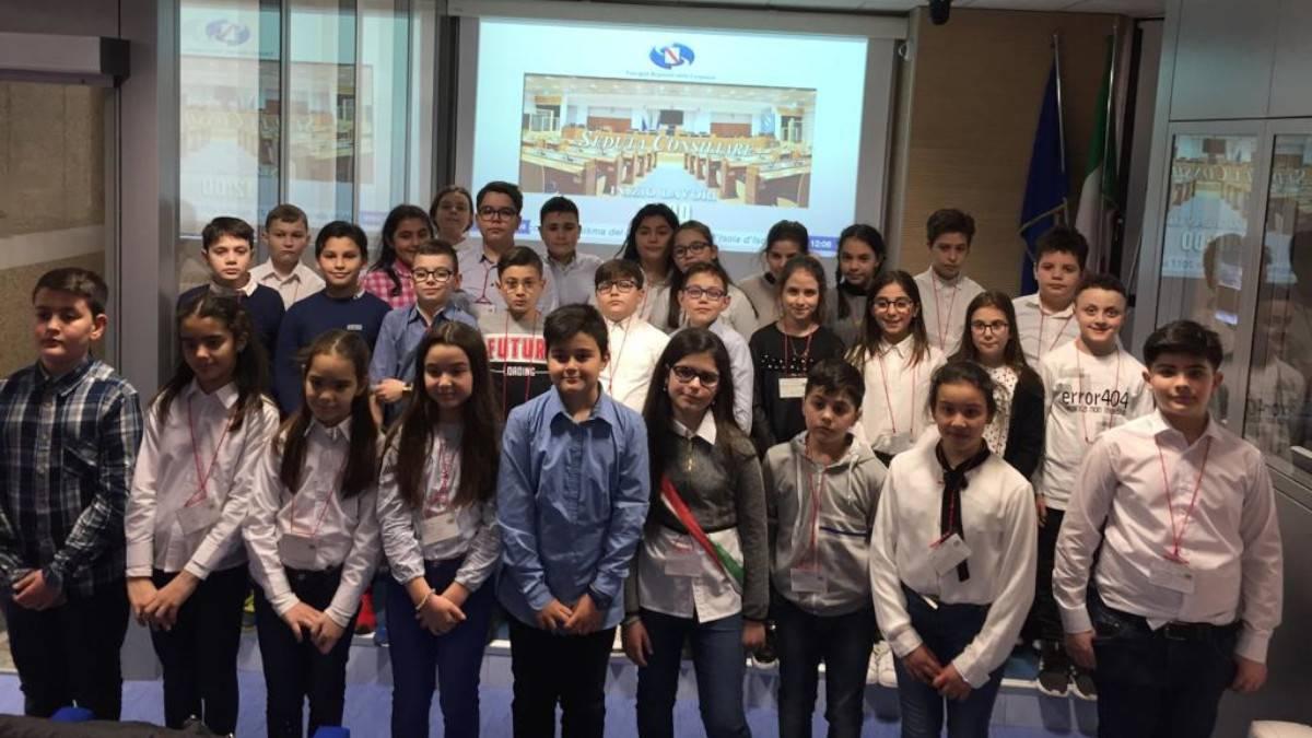 Gli alunni della scuola Incaldana di Mondragone in visita al consiglio regionale