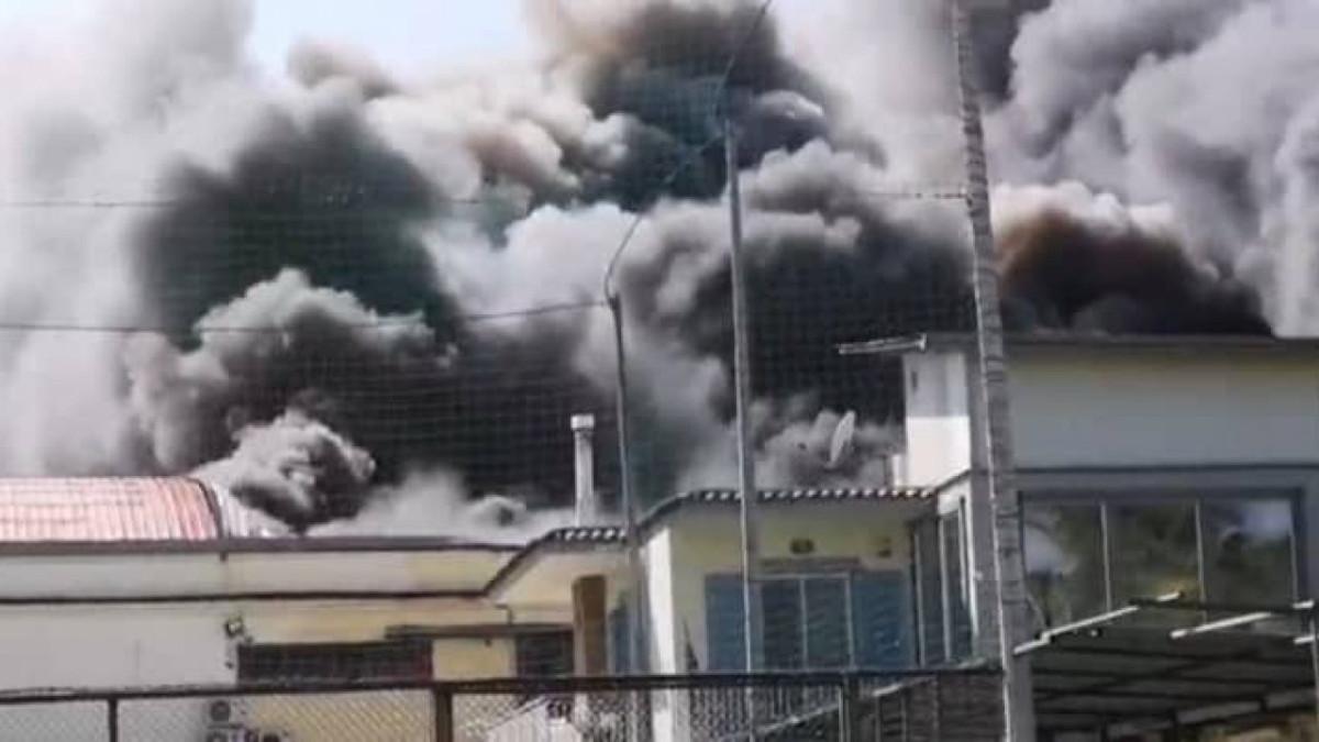 Incendio di un deposito di cosmetici a Castellammare di Stabia. Evacuate abitazioni. Video