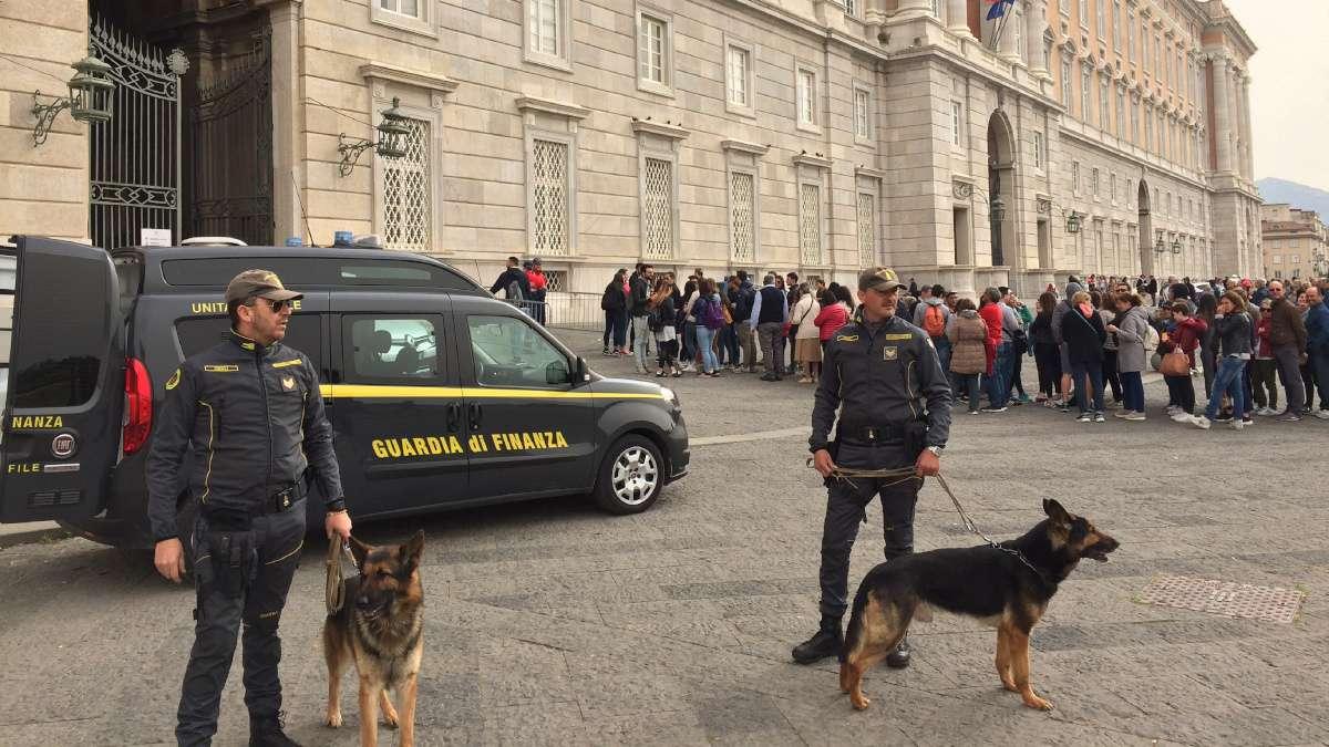 REGGIA DI CASERTA, ABUSIVISMO COMMERCIALE   Grossa operazione della Guardia di Finanza